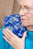 Ανώτερη γυναίκα με το ιατρικό καυτό πακέτο χορταριών Στοκ Φωτογραφίες