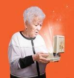 Ανώτερη γυναίκα με το παρόν κιβώτιο στοκ φωτογραφίες
