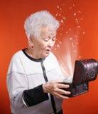 Ανώτερη γυναίκα με το παρόν κιβώτιο στοκ εικόνες με δικαίωμα ελεύθερης χρήσης