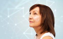 Ανώτερη γυναίκα με το χαμηλό πολυ πλέγμα στο μάγουλό της στοκ εικόνες με δικαίωμα ελεύθερης χρήσης