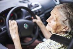 ανώτερη γυναίκα οδήγησης στοκ εικόνες