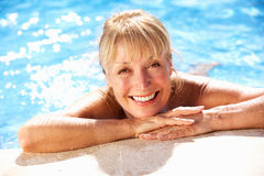 Ανώτερη γυναίκα που έχει τη διασκέδαση στην πισίνα Στοκ φωτογραφία με δικαίωμα ελεύθερης χρήσης