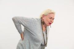 Ανώτερη γυναίκα που έχει τον πόνο στην πλάτη απομονωμένο στοκ εικόνα με δικαίωμα ελεύθερης χρήσης