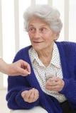 Ανώτερη γυναίκα που λαμβάνει το φάρμακο στοκ φωτογραφία με δικαίωμα ελεύθερης χρήσης