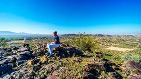 Ανώτερη γυναίκα που απολαμβάνει τη θέα από την κορυφή του εθνικού ίχνους στα βουνά νότιο Mou Στοκ Φωτογραφίες