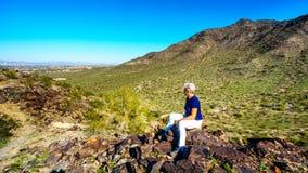 Ανώτερη γυναίκα που απολαμβάνει τη θέα από την κορυφή του εθνικού ίχνους στα βουνά νότιο Mou Στοκ εικόνα με δικαίωμα ελεύθερης χρήσης
