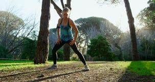 Ανώτερη γυναίκα που ασκεί στο πάρκο 4k απόθεμα βίντεο