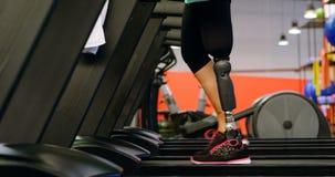 Ανώτερη γυναίκα που ασκεί treadmill στο στούντιο ικανότητας 4k φιλμ μικρού μήκους