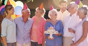 Ανώτερη γυναίκα που γιορτάζει τα γενέθλιά της με τους φίλους απόθεμα βίντεο