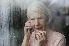 Ανώτερη γυναίκα που εκθέτει ένα έγκλημα Neighborhod στοκ εικόνες