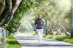 Ανώτερη γυναίκα που κάνει τον αθλητισμό στο πάρκο στοκ φωτογραφία με δικαίωμα ελεύθερης χρήσης