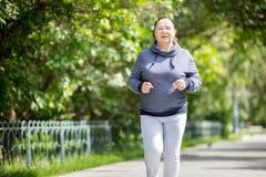 Ανώτερη γυναίκα που κάνει τον αθλητισμό στο πάρκο στοκ φωτογραφία