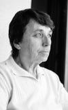 Ανώτερη γυναίκα που κοιτάζει μακριά Στοκ Εικόνες