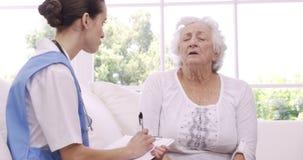 Ανώτερη γυναίκα που μιλά στη νοσοκόμα απόθεμα βίντεο