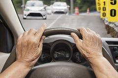 Ανώτερη γυναίκα που οδηγεί ένα αυτοκίνητο στο δρόμο Στοκ φωτογραφία με δικαίωμα ελεύθερης χρήσης