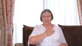 Ανώτερη γυναίκα που πάσχει από το heartache στο σπίτι απόθεμα βίντεο