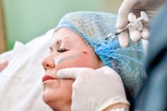 Ανώτερη γυναίκα που παίρνει την έγχυση φροντίδας δέρματος Στοκ Φωτογραφία