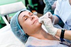 Ανώτερη γυναίκα που παίρνει την έγχυση φροντίδας δέρματος Στοκ φωτογραφία με δικαίωμα ελεύθερης χρήσης