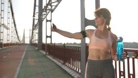 Ανώτερη γυναίκα που παίρνει selfie μετά από να τρέξει την άσκηση φιλμ μικρού μήκους