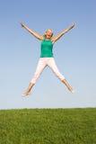 Ανώτερη γυναίκα που πηδά στον αέρα Στοκ φωτογραφίες με δικαίωμα ελεύθερης χρήσης