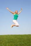 Ανώτερη γυναίκα που πηδά στον αέρα Στοκ φωτογραφία με δικαίωμα ελεύθερης χρήσης
