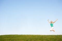 Ανώτερη γυναίκα που πηδά στον αέρα Στοκ Εικόνες