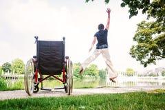 Ανώτερη γυναίκα που πηδά επάνω από την αναπηρική καρέκλα στοκ εικόνα με δικαίωμα ελεύθερης χρήσης
