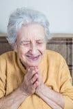 Ανώτερη γυναίκα που προσεύχεται/που κάνει την περισυλλογή στοκ εικόνα με δικαίωμα ελεύθερης χρήσης