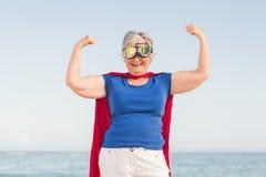 Ανώτερη γυναίκα που προσποιείται να είναι ένα superhero Στοκ Φωτογραφίες