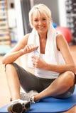 Ανώτερη γυναίκα που στηρίζεται μετά από τις ασκήσεις στη γυμναστική στοκ φωτογραφίες