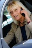 Ανώτερη γυναίκα που τηλεφωνά στη ρόδα Στοκ Φωτογραφία
