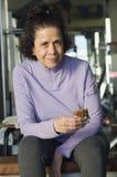 Ανώτερη γυναίκα που τρώει το υγιές πρόχειρο φαγητό Στοκ εικόνα με δικαίωμα ελεύθερης χρήσης