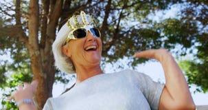 Ανώτερη γυναίκα που φορά τα στηρίγματα κομμάτων απόθεμα βίντεο