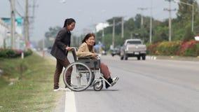 Ανώτερη γυναίκα που χρησιμοποιεί μια διαγώνια οδό περιπατητών απόθεμα βίντεο