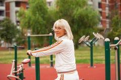 Ανώτερη γυναίκα σε sportwear Στοκ Εικόνες