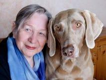 ανώτερη γυναίκα σκυλιών Στοκ φωτογραφίες με δικαίωμα ελεύθερης χρήσης