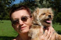 ανώτερη γυναίκα σκυλιών Στοκ εικόνα με δικαίωμα ελεύθερης χρήσης