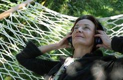 Ανώτερη γυναίκα στην αιώρα Στοκ φωτογραφία με δικαίωμα ελεύθερης χρήσης