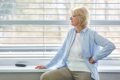Ανώτερη γυναίκα ως σκέψη ομιλητών κατά τη διάρκεια του σπασίματος στοκ εικόνες