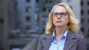 Ανώτερη γυναίκα eyeglasses στα μάτια στραβισμού που προσπαθούν να διαβάσει, φτωχή όραση, υγεία απόθεμα βίντεο