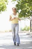 Ανώτερη γυναίκα Jogging στο πάρκο Στοκ Εικόνες