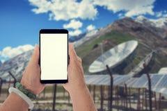 Ανώτερη εκμετάλλευση χεριών κινητή με το υπόβαθρο Στοκ φωτογραφίες με δικαίωμα ελεύθερης χρήσης
