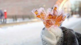 Ανώτερη ενήλικη γυναίκα που πωλεί τα σπιτικά lollipops απόθεμα βίντεο