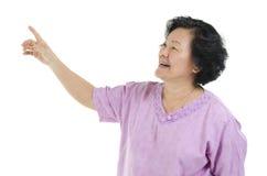 Ανώτερη ενήλικη υπόδειξη δάχτυλων γυναικών στοκ φωτογραφίες