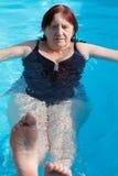 Ανώτερη ενεργός κολύμβηση γυναικών Στοκ Φωτογραφία