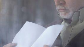 Ανώτερη επιστολή ανάγνωσης ατόμων κοντά στο βροχερό παράθυρο και τον αναστεναγμό, αποσύνθεση, διαζύγιο φιλμ μικρού μήκους