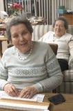 ανώτερη επιτραπέζια γυναί&kap Στοκ Φωτογραφία