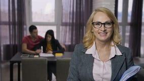Ανώτερη επιχειρηματίας που χαμογελά στη κάμερα απόθεμα βίντεο