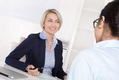 Ανώτερη επιχειρησιακή γυναίκα στη συνέντευξη με έναν εκπαιδευόμενο - εφαρμογή στοκ εικόνες με δικαίωμα ελεύθερης χρήσης