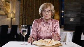 Ανώτερη ευτυχής έννοια ζωής Ηλικίας γυναίκα στη δεκαετία του '70 της σε ένα εστιατόριο που παρουσιάζει τις συγκινήσεις της έκπληξ απόθεμα βίντεο